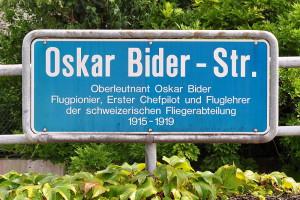 Bild: Das Strassenschild der Oskar Bider-Strasse (Roland ZH, wikimedia commons, CC BY-SA 3.0)