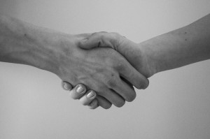 Bild: Zwei Menschen reichen sich die Hand (SCY, pixabay, gemeinfrei)